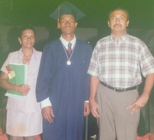 Farid con sus padres Alina Rhenals y Carlos Díaz en la graduación del Colegio San Antonio en Valledupar. Crédito: Cortesía familiares. Archivo Particular.