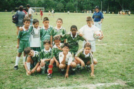 José H. Izquierdo, al centro de la foto, siempre jugó en categorías dos años superiores a su edad. Su físico y rendimiento le permitían ese nivel de competencia.