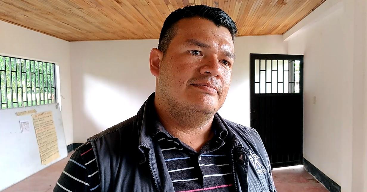 El instructor del SENA, orienta a las familias de las riberas del Putumayo para producir alimentos de manera sostenible. Foto: Mauricio Orjuela.