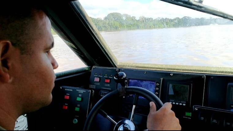 Uno de los oficiales que opera la Over Craft número dos, explica la velocidad que lleva la nave. Foto: Mauricio Orjuela.