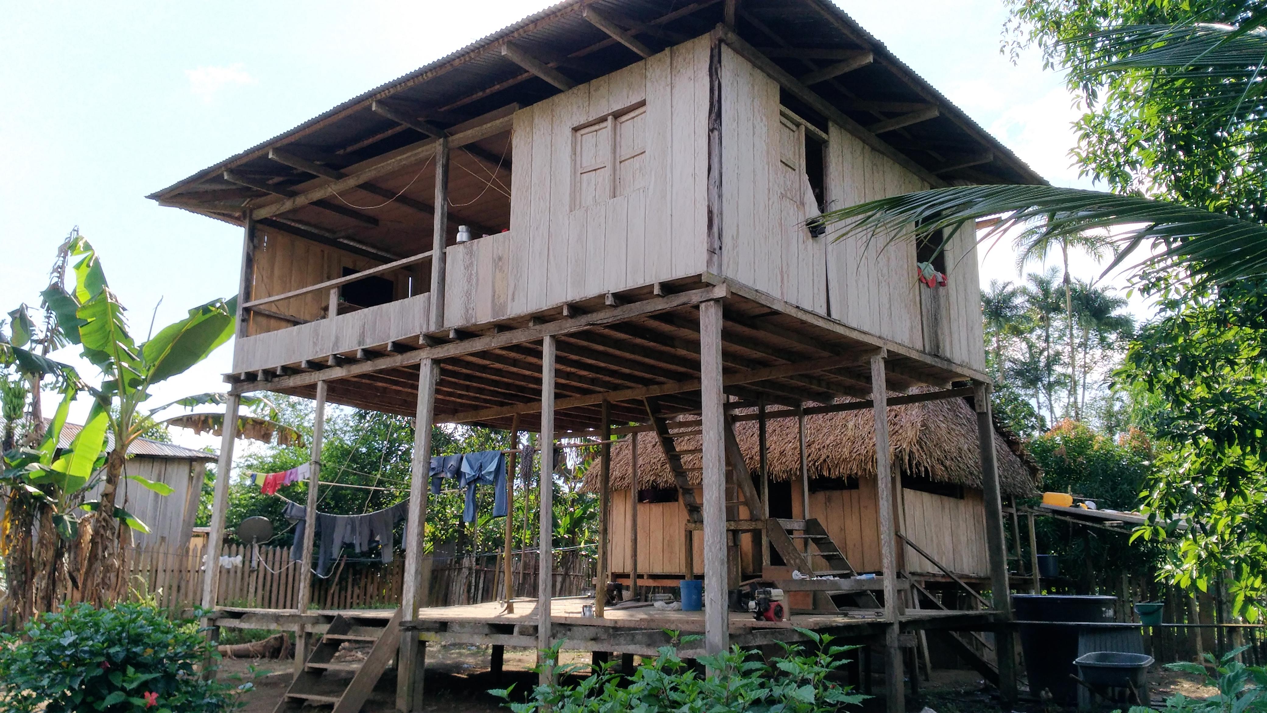 Las viviendas de Puerto Alegría son hechas en madera con techo de palma o zinc. Foto: Mauricio Orjuela.