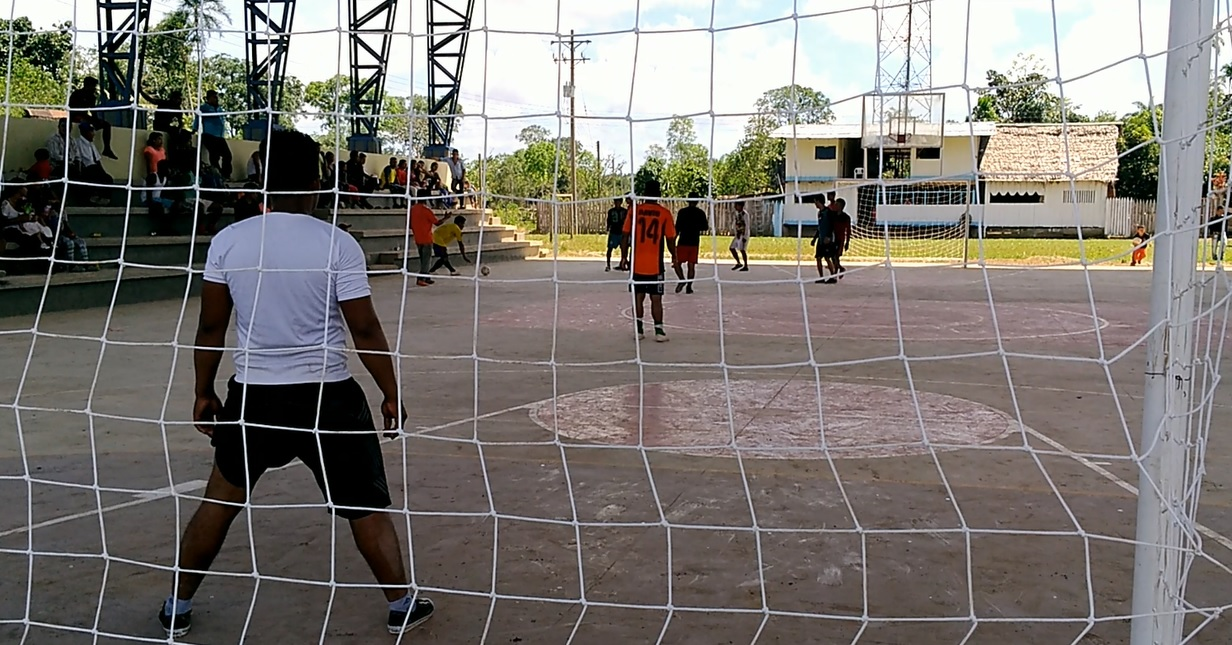 Mientras integrantes de la Armada y la comunidad jugaban, Torrecilla les narraba el juego. Foto: Mauricio Orjuela.