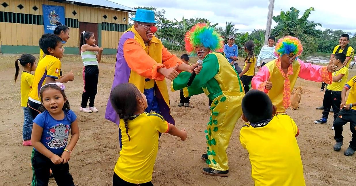 Infante de Marina Samir Torrecilla Álvarez, de sombrero azul, en una jornada divirtiendo a los niños. Foto: Mauricio Orjuela.