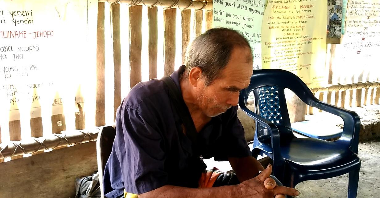 El abuelo Rosendo explica los bailes que se hacen en su maloca en El Refugio (Putumayo). Foto: Mauricio Orjuela.