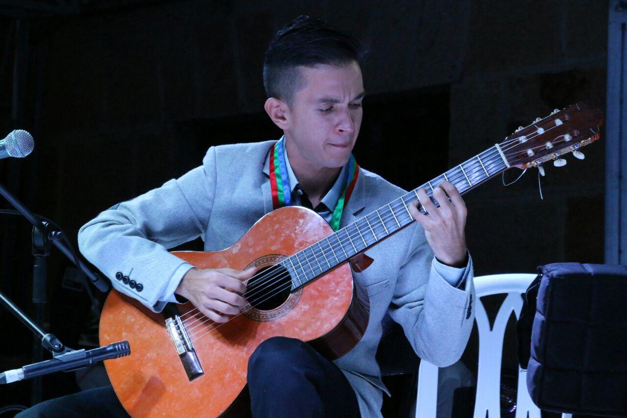 Carlos Vásquez Soto, tiple y guitarra. Foto: Ruth Gélvez.