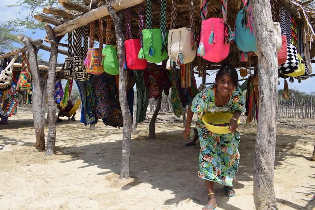 Joven wayuu en medio de exhibición de artesanías wayuu en su ranchería. Foto: Miguel Ángel Cortés.