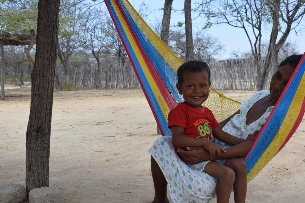 Niño wayuu mesido por su madre en un chinchorro. Foto: Miguel Ángel Cortés.