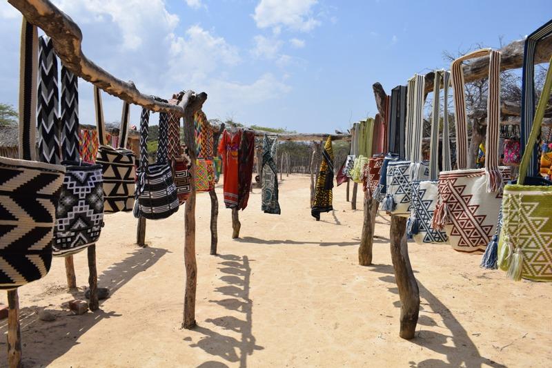 Exhibición de artesanias wayuu. Foto: Miguel Ángel Cortés.