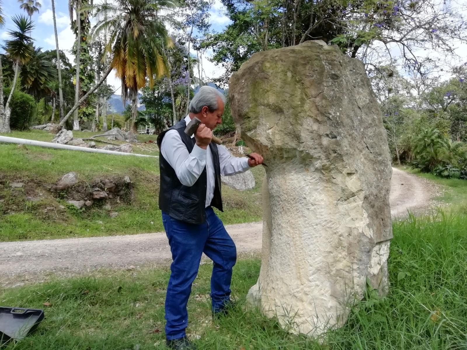 El artista talla su próxima obra en la vereda El Ocaso.