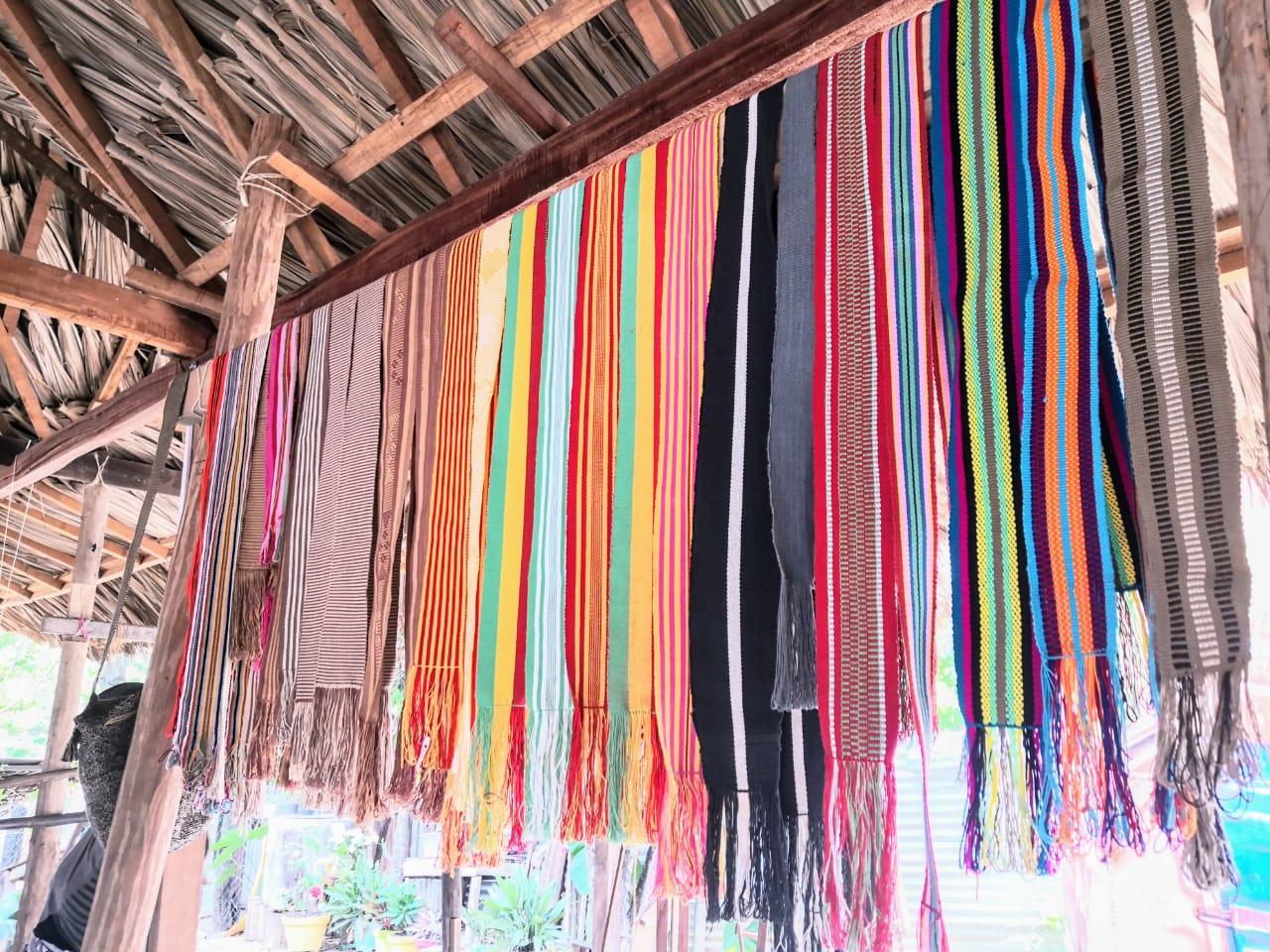 Bufandas tejidas por Olivia en su taller, listas para la venta.