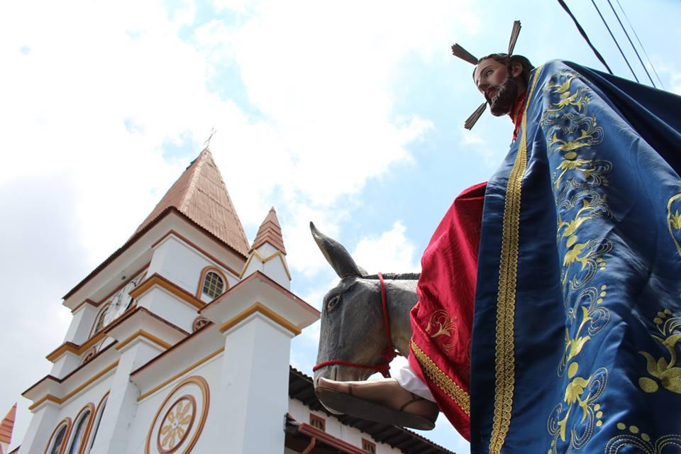 El tradicional domingo de ramos terminó en la iglesia de Nuestra Señora del Rosario. Foto: Cortesía Alcaldía de Villamaría.