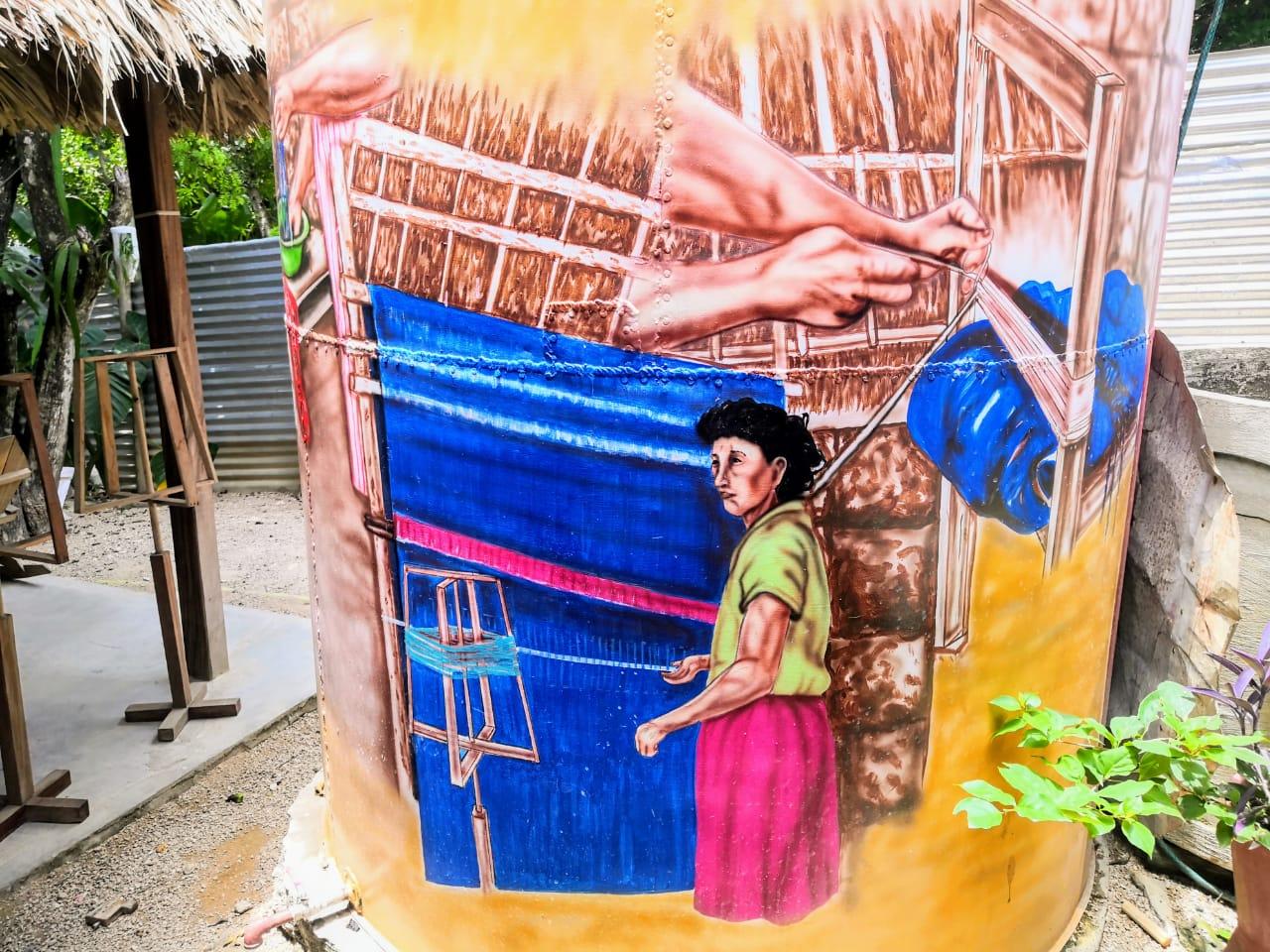 San Jacinto carece de acueducto, sus habitantes deben almacenar agua en tanques. El de la casa de Olivia Carmona es alusivo a la tejeduría.