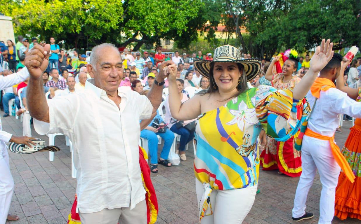 El compositor Leonardo Gamarra y la presidenta del 34 Encuentro Nacional de Bandas de Sincelejo, Mónica Jiménez.