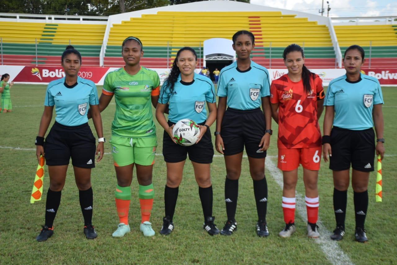 Uno de los mayores sueños de Paula Ponare es ser árbitra FIFA. Foto: Cortesía Paula Ponare.