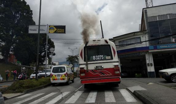 El parque automotor de Manizales va en aumento. Tiene 158 mil vehículos registrados, 9 por ciento más que en 2015 y 102 por ciento más que en 2009. Foto: Andrea Cardona