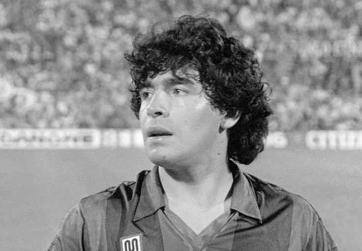 Fotografía de archivo tomada el 04/06/1983 del astro del fútbol Diego Maradona que falleció este miércoles en su residencia a sus 60 años de edad, según informó su agente y amigo Matías Morla. La prensa local aseguró hace minutos que el entrenador sufrió un paro cardíaco en su vivienda de la provincia de Buenos Aires. / EFE