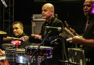 Jorge Herrera tocando con su orquesta 'La Misma Gente'. Foto: Lucía Arcila - Fanpage Facebook La Misma Gente.