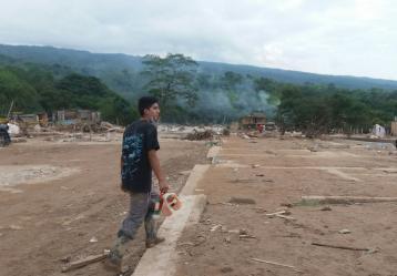 Joven en medio de las huellas que dejó el paso de la avalancha en Mocoa. Foto: Juanita Restrepo