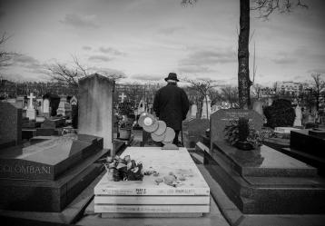 Fotografía facilitada por el fotógrafo Hugo Passarello Luna de un hombre de espaldas a la tumba de Julio Cortázar/ Foto: EFE/Hugo Passarello Luna