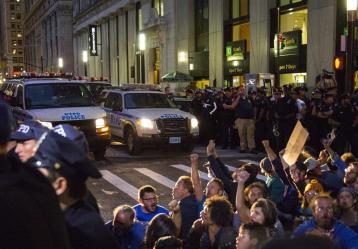Manifestantes del movimiento Ocupa Wall Street (Occupy Wall Street) en torno a la sede de la ONU, en Nueva York