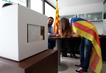 Una catalana vota la consulta alternativa sobre la eventual independencia de la región autónoma de Cataluña, ayer domingo en Bogotá. Foto: EFE/MAURICIO DUEÑAS CASTAÑEDA
