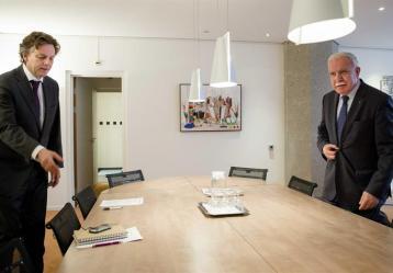 El ministro de Exteriores holandés, Bert Koenders (i), con su homólogo palestino, Riad al Malki, en el Ministerio de Asuntos Exteriores en La Haya (Holanda)