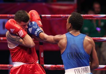 El boxeador de Colombia Juan Carrilo (d) pelea con Fabián López (d) de Puerto Rico durante un combate de la categoría masculina de 81kg. en el marco de los XXII Juegos Centroamericanos y del Caribe Veracruz 2014, que se realizan en el puerto mexicano de Veracruz. Foto: EFE/Alex Cruz