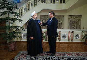 """Fotografía facilitada por la página web de la presidencia iraní que muestra al presidente de Irán, Hasán Rohaní (i), durante una intervención televisada en Teherán, Irán. Rohaní afirmó hoy durante esta intervención televisada que la extensión de las negociaciones sobre el programa nuclear es un """"éxito"""" de Irán y prometió que """"las centrifugadoras (de uranio) no dejarán de funcionar"""". Foto: EFE"""