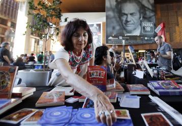 Visitantes recorren la octava versión de la Furia del Libro, con la participación inédita de 120 editoriales independientes, en el Centro Gabriela Mistral GAM, en Santiago de Chile (Chile). Foto: EFE/Mario Ruiz
