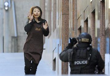 Una empleada abandona la cafetería donde trabaja y que un hombre armado tiene tomada