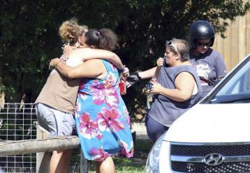 Familiares de los niños muertos se abrazan en cercanías al lugar de la tragedia