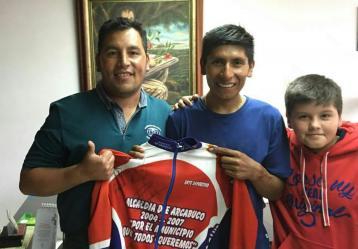 Luego de sus innumerables triunfos, Nairo entregaría la que fue su primera camiseta de un equipo de ciclismo, como regalo a su primer entrenador. Fotografía: Rusbel Achagua