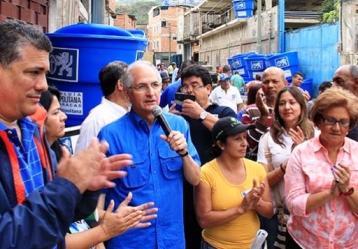 El alcalde de Caracas, Antonio Ledezma, en medio de una reunión con la comunidad