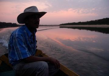 Pescador en el río Manacacías, que baña al muicipio de Puerto Gaitán (Meta). Foto: Colprensa