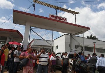 Habitantes de Mocoa custodian las afueras del Hospital José María Hernández, esperando noticias de sus familiares. Foto: Colprensa