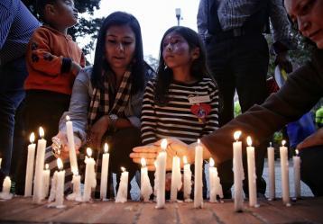 En las instalaciones del Centro Comercial Andino, se llevó a cabo un minuto de silencio en memoria de las víctimas del atentado perpetrado la tarde anterior. Foto: Colprensa.