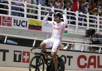 El colombiano Fabián Puerta, de la Selección Colombia Manzana Postobón de Ciclismo de Pista, se coronó este jueves como campeón mundial de la prueba del Keirin durante el Campeonato Mundial de la disciplina que se lleva a cabo en Apeldoorn. Foto: Colprensa. Marzo 1 de 2018.