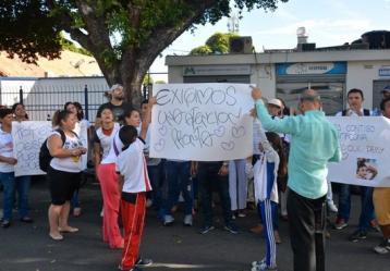 Familiares y amigos de Deisy Alejandra Barrientos reclaman el inmediata traslado de la niña, en riesgo de morir. Foto: Colprensa / La Opinión