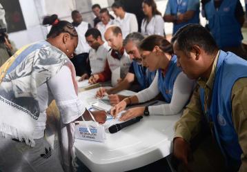 Integrante de las Farc recibe de miembros de la ONU la certificación de entregó su arma. Foto: Presidencia de la República.