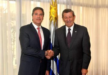 Embajador de Colombia en Uruguay, Fernando Sanclemente (Izq.) junto al Ministro de Relaciones Exteriores del Uruguay, Rodolfo Nin Novoay (der.) / Foto: cancilleria.gov.co