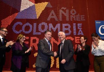 El Jefe del Estado y el embajador de Francia, país invitado de honor, Jean-Marc Laforêt, durante la inauguración de la XXX Feria Internacional del Libro de Bogotá. Foto: Presidencia de la República.