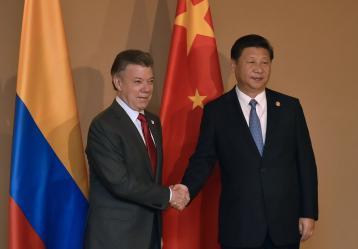 Saludo entre el Presidente de Colombia, Juan Manuel Santos Calderón, y el Presidente de la República Popular de China, Xi Jinping. Foto: Juan Pablo Bello - Presidencia de Colombia