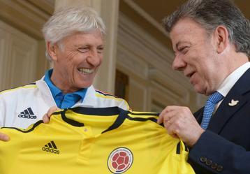 Obsequio de la Selección Colombiana de Fútbol al Presidente de la República. Foto: Juan Pablo Bello - Presidencia de la República