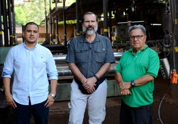 José Vanegas Aceros, ingeniero de producción y proyectos de Industrias Aceros; Luis A. Núñez, profesor de física e investigador del grupo GIRG de la UIS; y Rodolfo Aceros, propietario de Industrias Aceros. Foto: Felipe Daza.