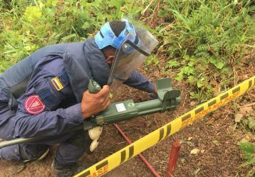 Desminador detectando metales o amenazas de mina antipersonal en la vereda La Nutria, municipio de la Montañita, Caquetá. Foto: Carolina Bustamante.