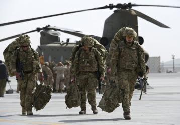 Fotografía facilitada por el Ministerio de Defensa británico que muestra a soldados británicos en la base aérea de Kandahar (Afganistán). Foto: Archivo EFE