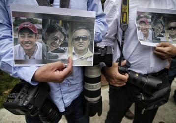 Ricardo Rivas (hermano del fotógrafo Paul Rivas), Cristian Segarra (hijo del conductor Efraín Segarra) y Raúl Borja (primo del reportero Javier Ortega), visitaron la cabina de Radio Nacional de Colombia. Foto: Colprensa. Mayo de 2018.