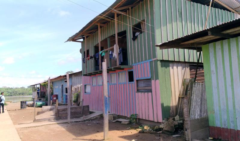 Grandes viviendas construidas en madera se observan en Puerto Alegría. Foto: Mauricio Orjuela.