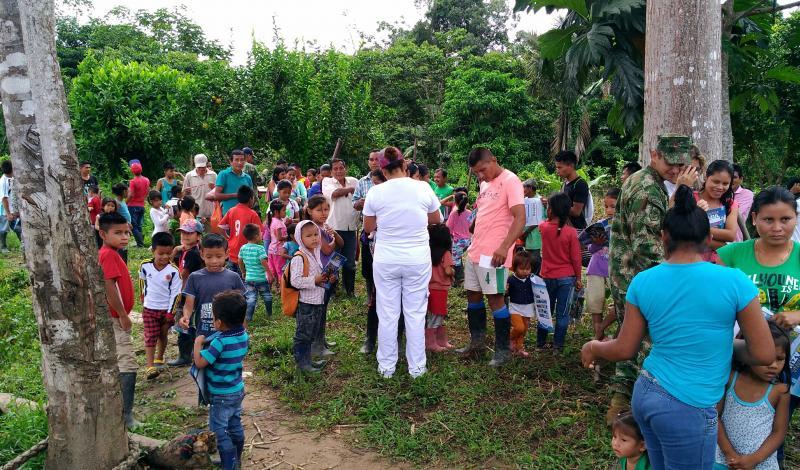 Niños, mujeres y hombres se registran para recibir atención médica. Foto: Mauricio Orjuela.