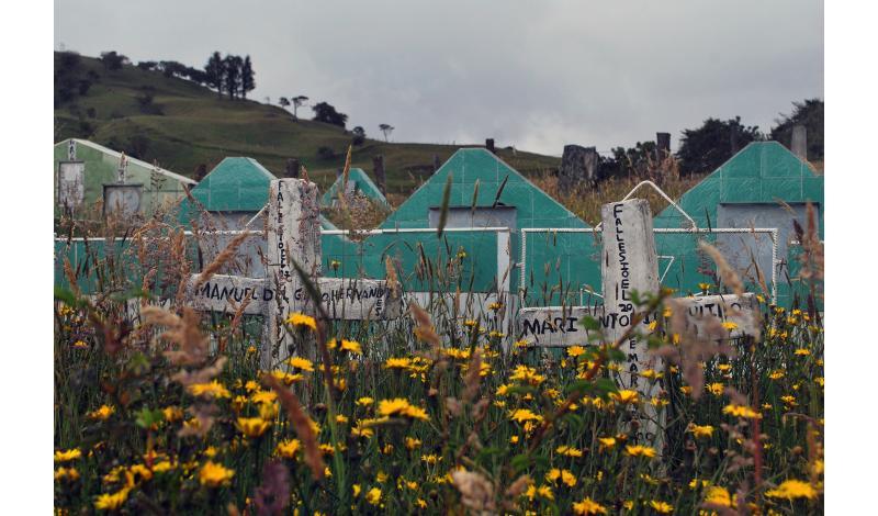 El cementerio del lugar, con los restos de varios falsos positivos que se presentaron en la región.